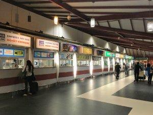 プノンペン国際空港を出ると、両替ショップとともにSIMカードが買える小さなショップがたくさんある