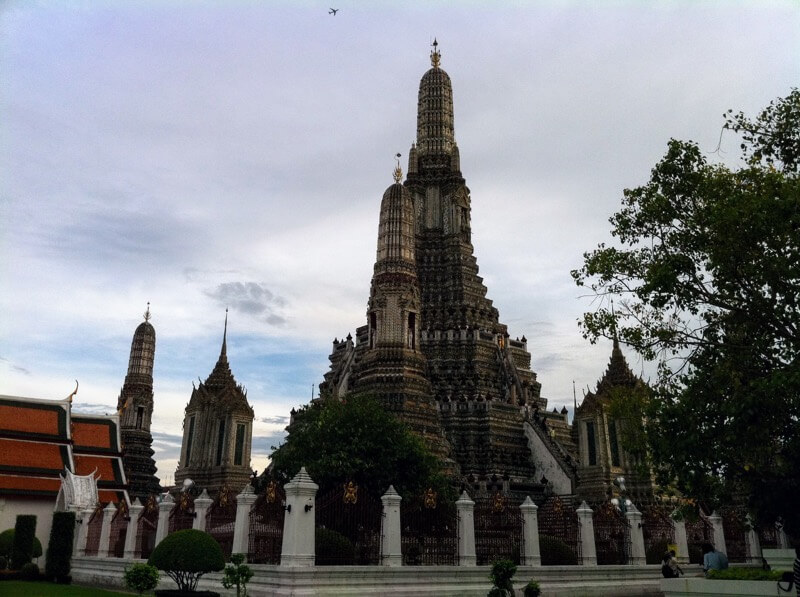 タイは美しき仏教国。バンコク中心部にも寺院があちこちにある。海外就職でタイに人気が集まる理由もうなずける