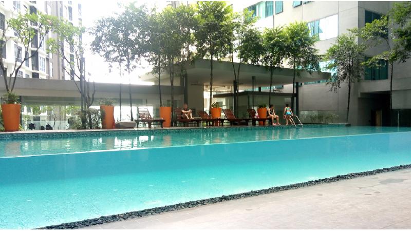 マレーシアの生活費の多くを占める家賃。Mさんの家をご紹介いただきました。こちらはコンドミニアムのプールです。