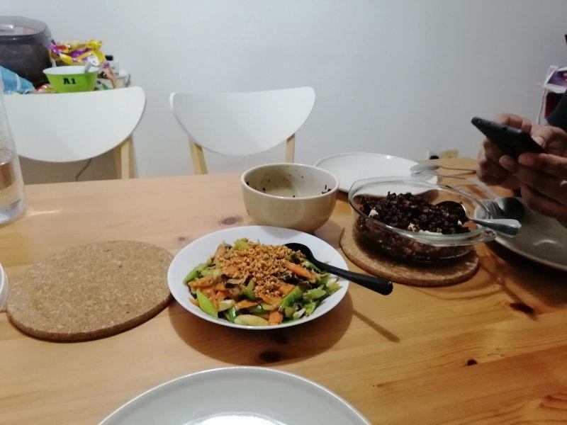 マレーシアのカスタマーサポート職で活躍するエツさん。ルームメートが食事を作ってくれる