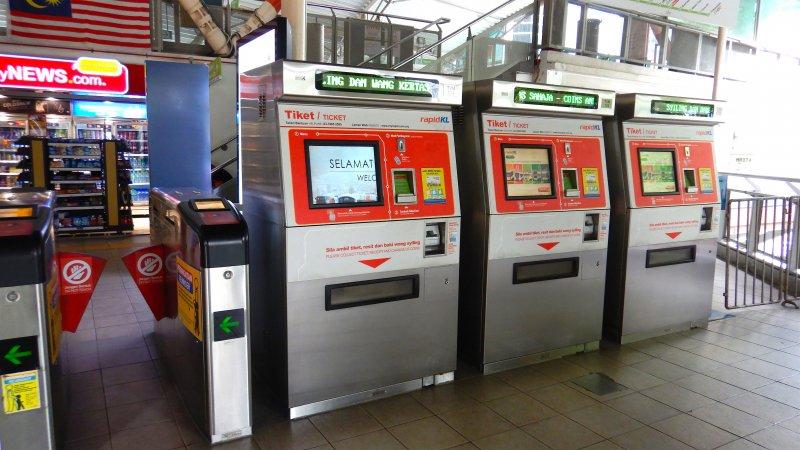 クアラルンプールで公共交通機関を利用する際の運賃の支払い方法は現金の場合は駅の券売機でトークンを購入し乗車