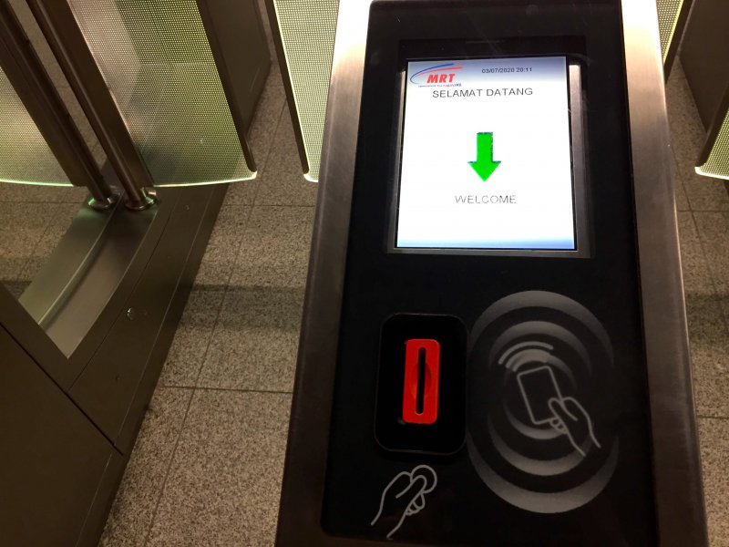 マレーシアで鉄道に乗る際、下車駅ではタッチンゴーカードをタッチするか、トークンを穴に入れて改札を出る
