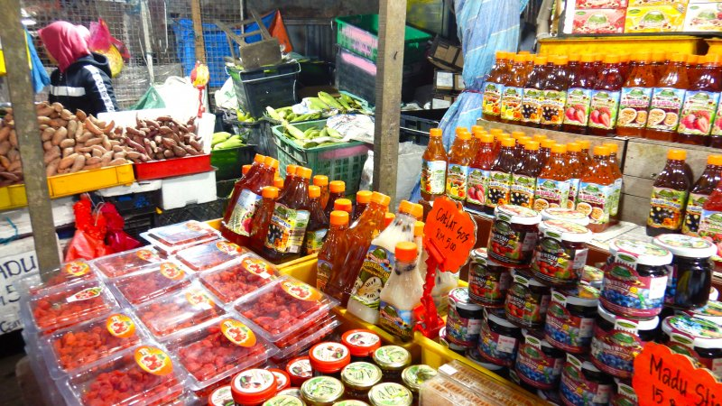 ストロベリーや新鮮な高原野菜はマーケットで